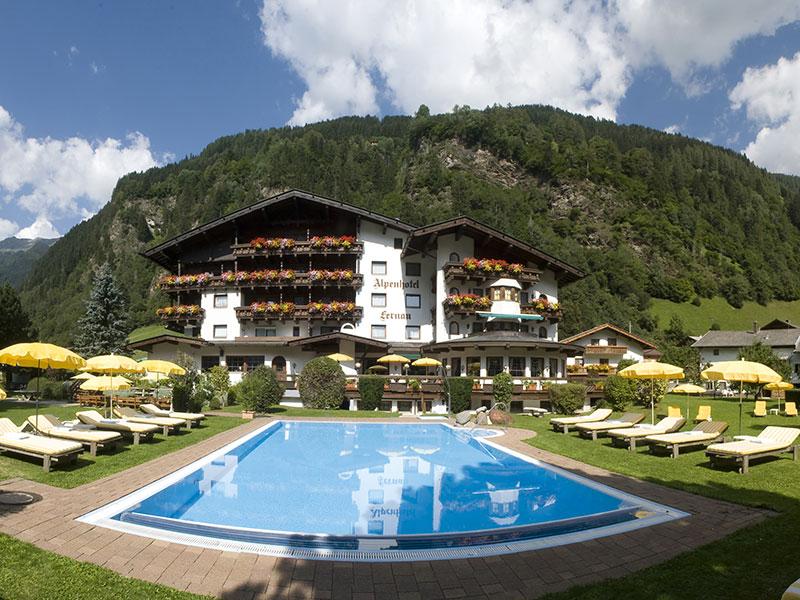 Außenansicht Alpenhotel Fernau im Sommer