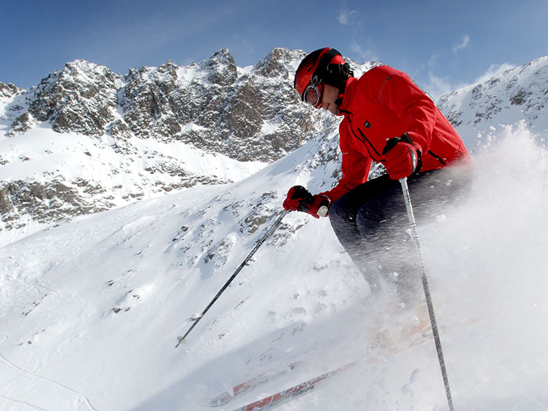 [Translate to en:] Mann beim Skifahren